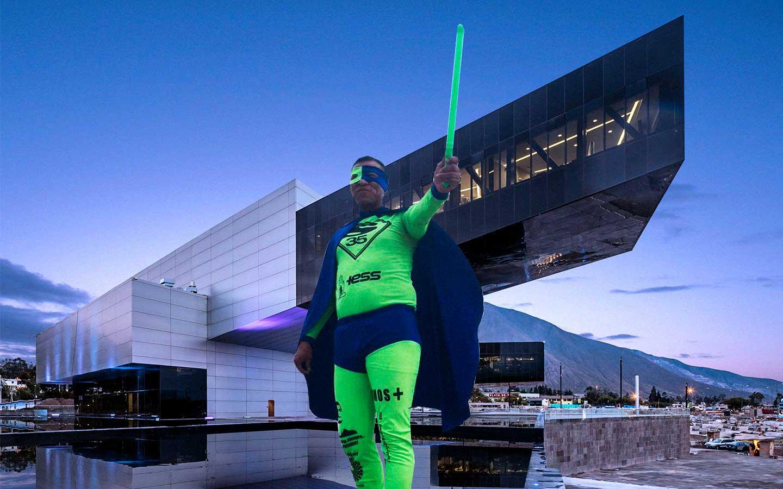 Super héroe ecuatoriano en edificio UNASUR